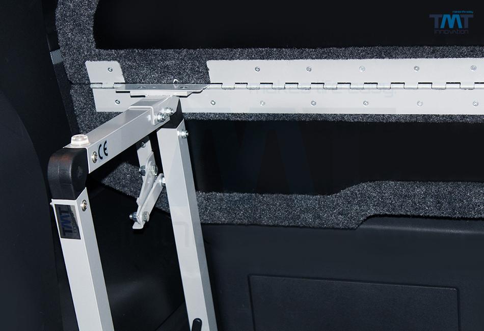 eingebautes und hochgeklapptes Multiflexboard im Multivan