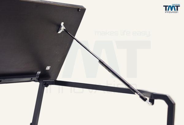 Gasdruckfeder bei einem hochgeklapptes Multiflexboard für den Transporter mit langem Radstand und Anti-Rutsch-Beschichtung